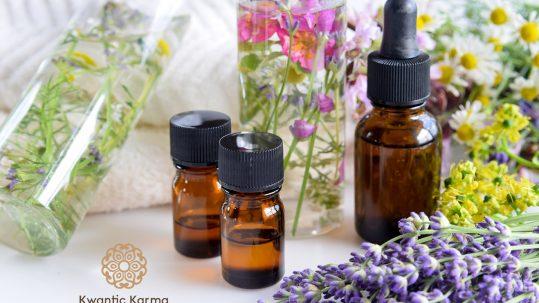 Un flacon d'huile essentielle avec des fleurs