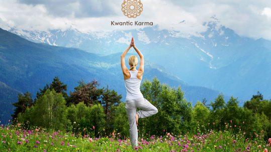 Une femme faisant du yoga dans les montagnes